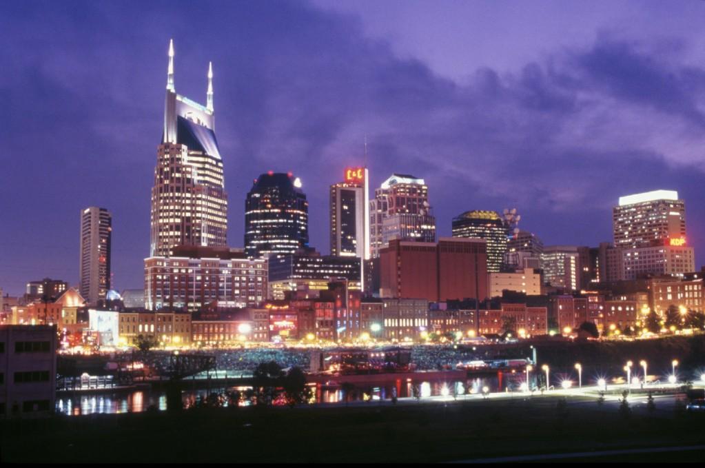 Un panorama notturno del centro di Nashville