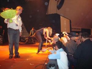 Hillary Scott si intrattiene (piedi scalzi!) a firmare autografi alla fine dello show