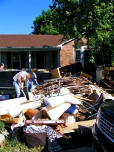 A Nashville si svuotano la case di tutto quanto è andato perduto o va asciugato
