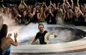 Brad Paisley dopo il suo tuffo in acqua durante l'esibizione agli ACM Awards