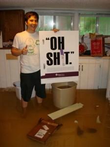 Ken, un abitante di Nashville, immerso dentro l'acqua nel sua casa di Sylvan Park