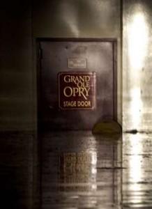 La porta d'ingresso al palco della Grand Ole Opry semicoperta dall'acqua