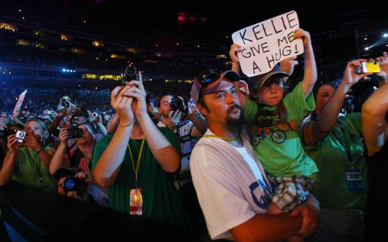 Parte della enorme folla vicino al palco durante l'esibizione di Kelli Pickler (Larry McCormack)