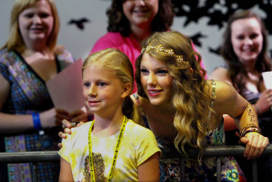 Taylor Swift con la sua piccola fan Ashlin (Terry McCormack)