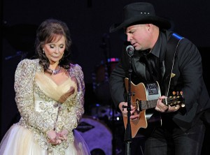"Loretta Lynn e Garth Brooks cantano ""After The Fire Is Gone"" (Foto: Rick Diamond - WireImage)"