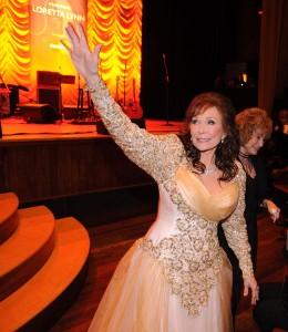 Il saluto della signora Lynn ai suoi fan (Foto: Rick Diamond - WireImage)