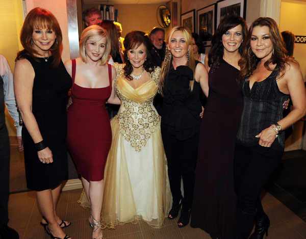 Reba McEntire, Kellie Pickler, Loretta Lynn, Lee Ann Womack, MArtina McBride e Gretchen Wilson (Foto: Frederick Breedon - Getty Images)
