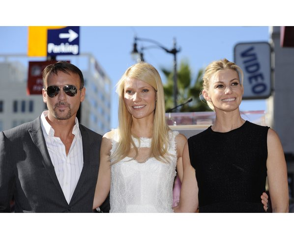 Da sinistra a destra: Tim McGraw, Gwyneth Paltrow e Faith Hill (Foto REUTERS/Phil McCarten)