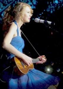 Taylor Swift suona l'ukulele durante il suo concerto di Singapore mercoledì scorso
