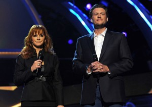 I presentatori della serata Reba McEntire and Blake Shelton sul palco dei 46esimi ACM Awards (Foto Kevin Winter/ACMA2011/Getty Images North America)